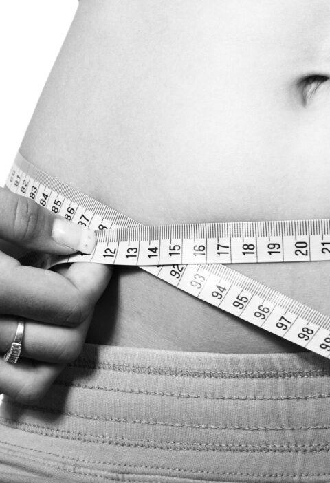 Mulher medindo tamanho da barriga